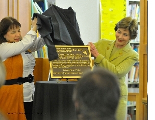 Friends president Paula Highfill and former first lady Laura W. Bush unveil the bronze plaque (photo credit: David Meadows)
